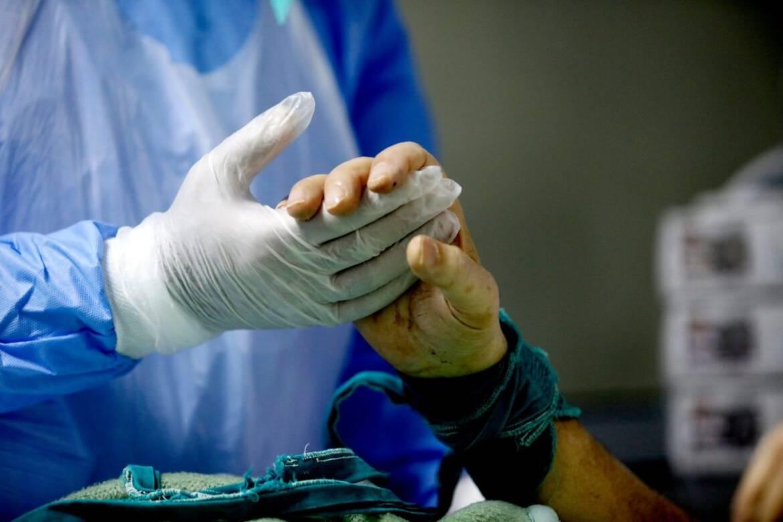 10-Κονταριώτισσα-Covid-19-ασθενής-αφυπνίζεται-από-την-καταστολή-και-σφίγγει-χέρι-του-ιατρού-εντατικολόγου-Κωστή-Ποντίκη.jpg