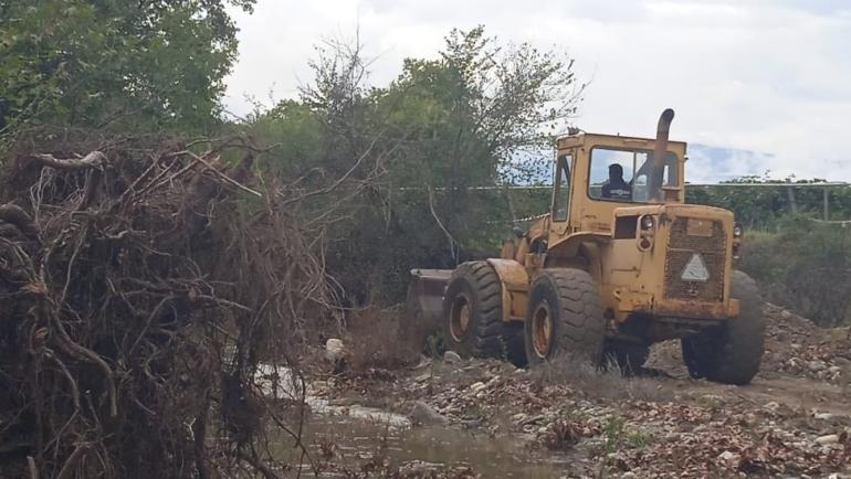 Καθαρισμός φερτών υλικών και αποκατάσταση ζημιών από την βροχόπτωση της 8-10 Οκτωβρίου με τη συνδρομή μηχανημάτων της Περιφέρειας